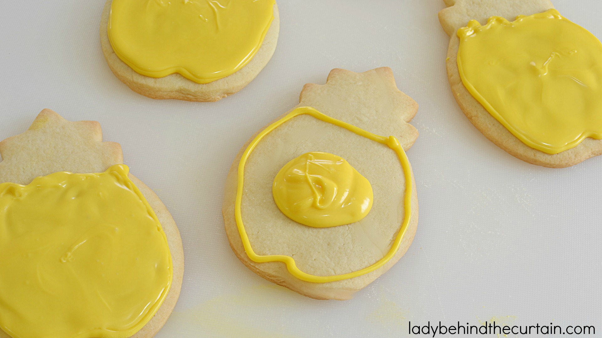 How To Decorate Sugar Cookies With Candy Melts | You won't believe how easy it is to make your own decorated cookies!