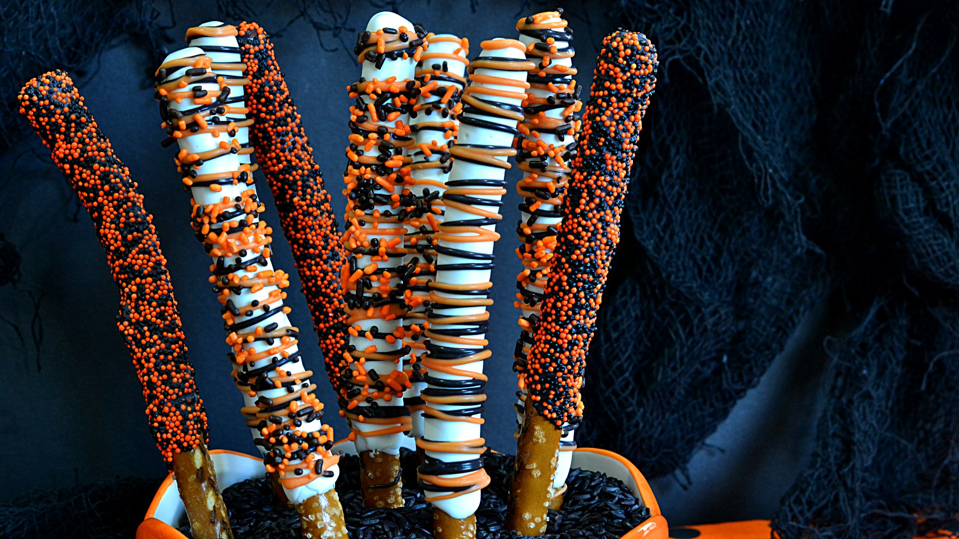 7 Decorated Halloween Pretzels | These easy to make inexpensive treats are perfect for your neighborhood trick or treaters, as a Halloween party favor or that easy addition to a dessert table.