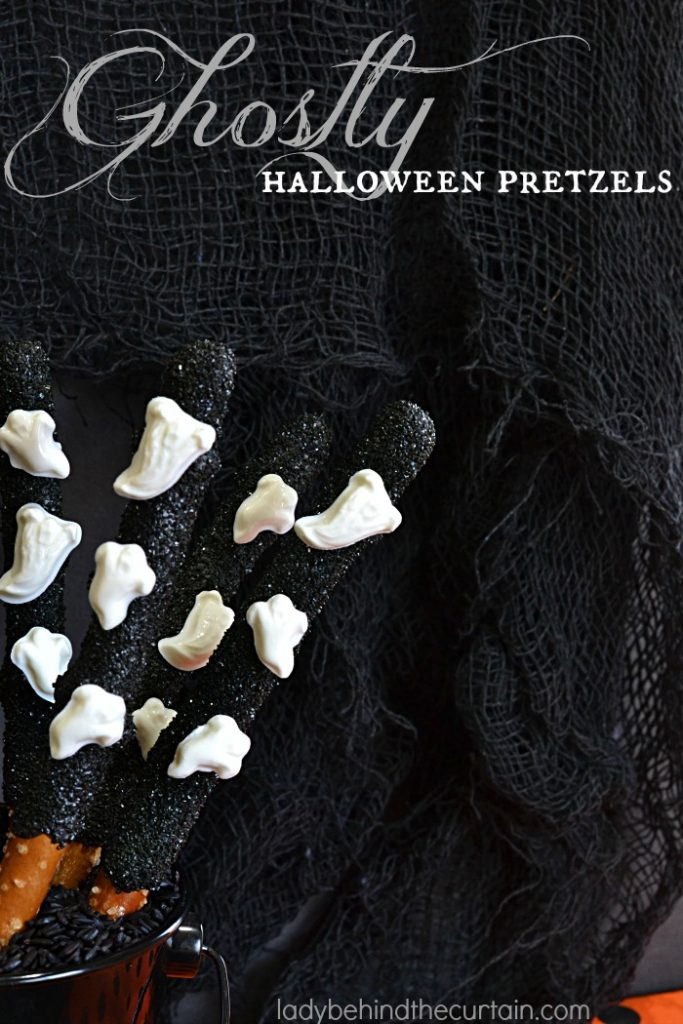 Ghostly Halloween Pretzels | These fun easy to make treats make the perfect Halloween party favor.