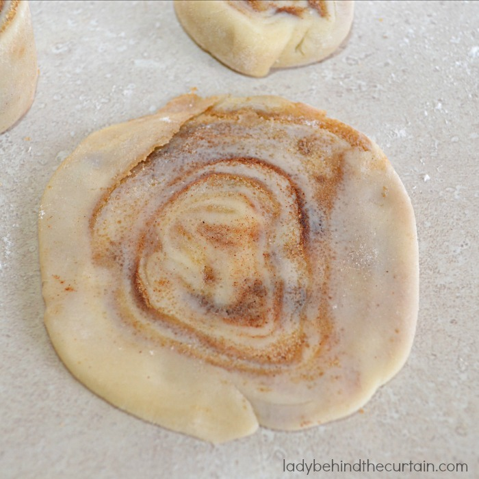 Cinnamon Roll Apple Pie Pops | fun party food, apple pie, cinnamon roll, easy freezer dessert, summer party dessert, game day dessert